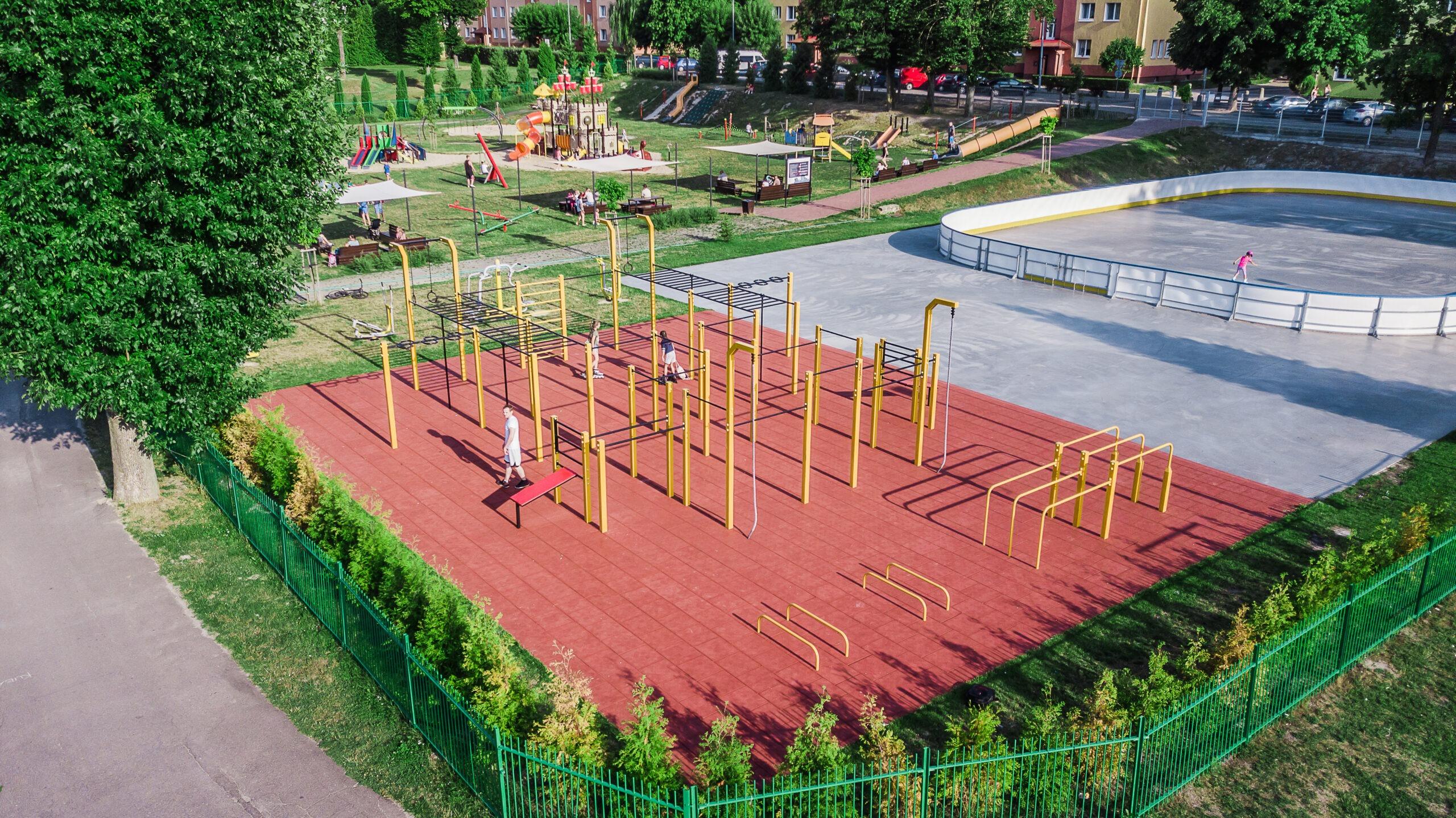 Zdjęcie przedstawia siłownię na świeżym powietrzu przy Miejskim Ośrodku Sportu i Rekreacji