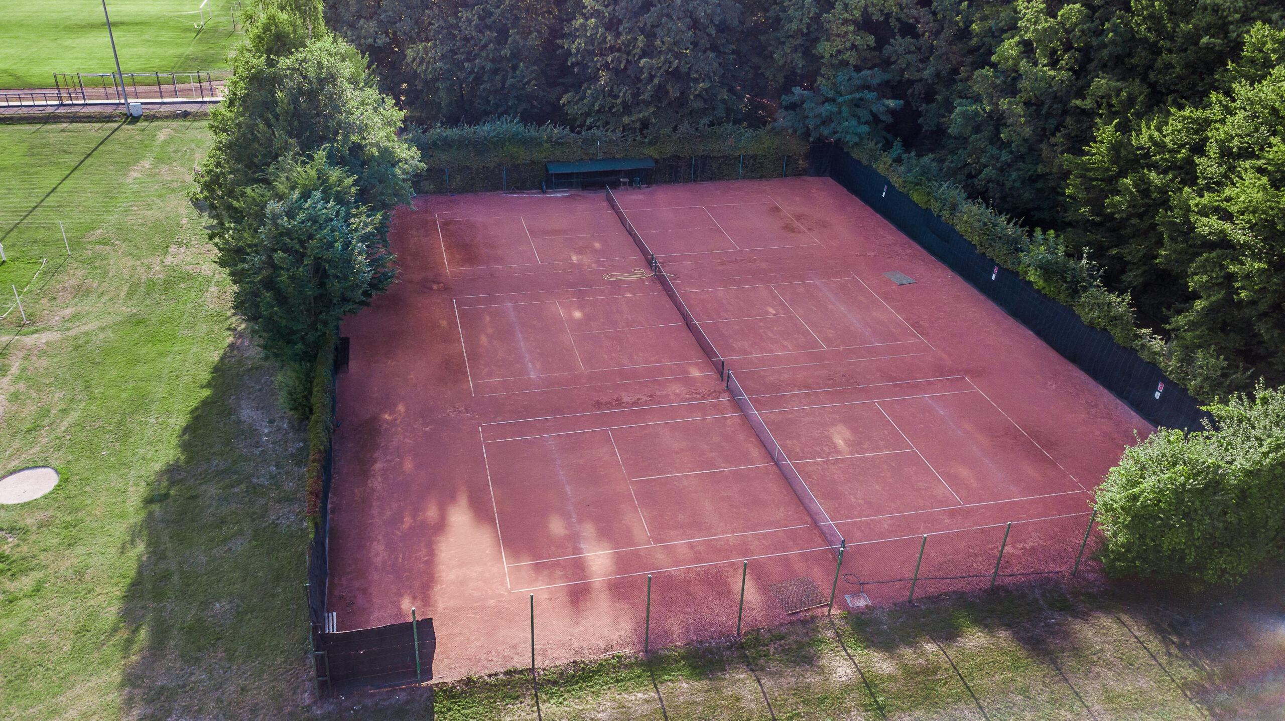 Zdjęcie przedstawia widok z drona na korty tenisowe przy Miejskim Ośrodku Sportu i Rekreacji