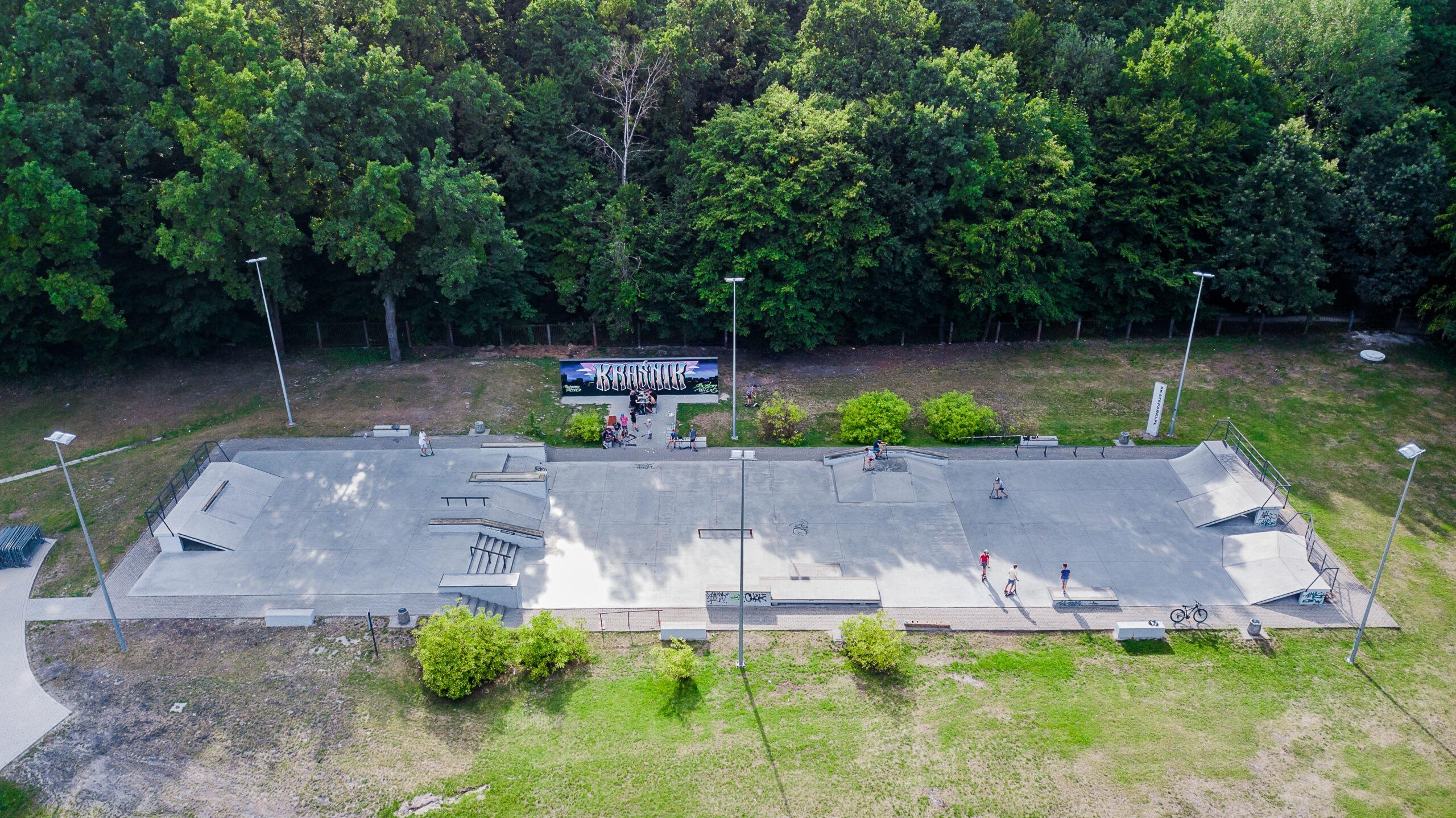 Zdjęcie przedstawia widok z drona na skatepark przy Miejskim Ośrodku Sportu i Rekreacji
