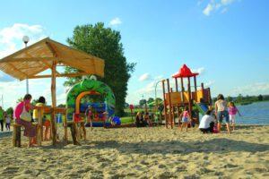 zdjęcie przedstawia plac zabaw na plaży zalewu kraśnickiego