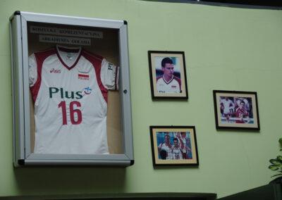 Zdjęcie przedstawia ramki ze zdjęciami oraz koszulką Arkadiusza Gołasia. Tragicznie zmarłego gracza reprezentacji Polski w piłce siatkowej.