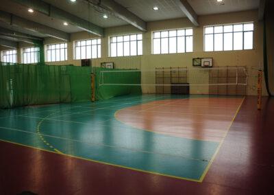 Zdjęcie przedstawia boisko hali sportowej