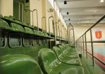 Zdjęcie przedstawia trybuny hali sportowej