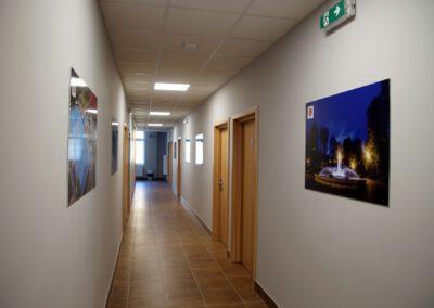 Zdjęcie przedstawia korytarz hotelu sportowca
