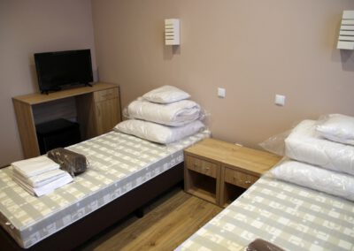 Zdjęcie przedstawia przykładowy pokój noclegowy w hotelu sportowca