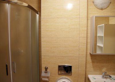 Zdjęcie przedstawia przykładową łazienkę w pokoju, w hotelu sportowca