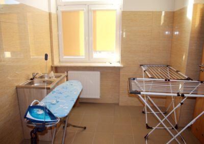 Zdjęcie przedstawia pralnię w hotelu sportowca