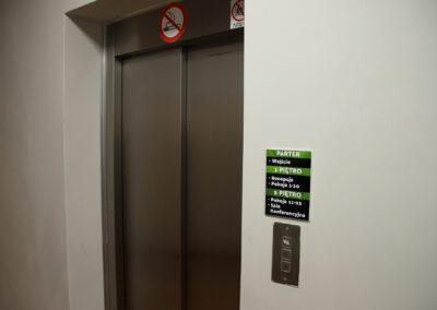 Zdjęcie przedstawia windę w hotelu sportowca