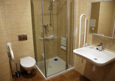Zdjęcie przedstawia łazienkę w hotelu sportowca oraz jej przystosowanie dla osób niepełnosprawnych