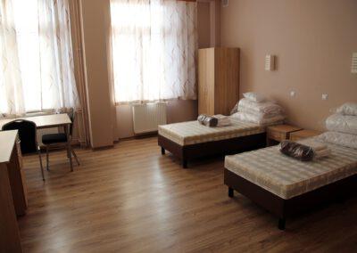 Zdjęcie przedstawia pokój w hotelu sportowca