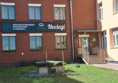 Zdjęcie przedstawia wejście do budynku hotelu sportowca