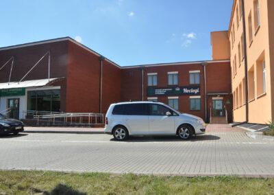 Zdjęcie przedstawia budynek hali i hotelu sportowca